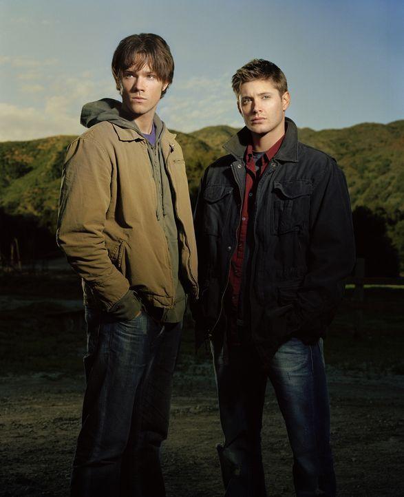 (1. Staffel) - Die Brüder Sam (Jared Padalecki, l.) und Dean Winchester (Jensen Ackles, r.) könnten nicht unterschiedlicher sein. Sam ist ein Colleg... - Bildquelle: Warner Bros. Television