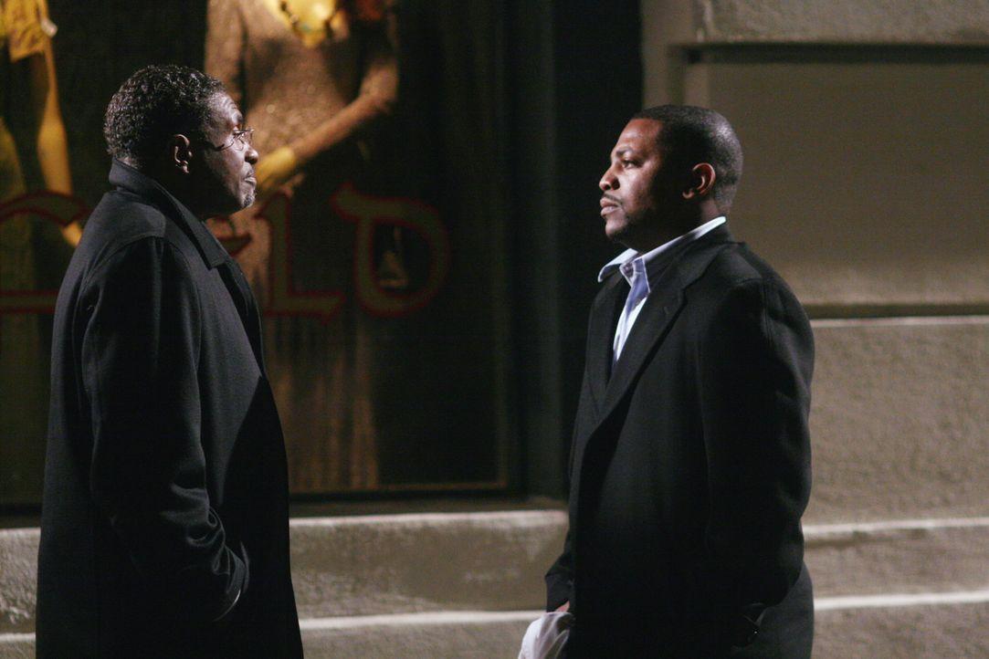 Pastor Watkins (Keith David, l.) hat für Dr. Gregory Pratt (Mekhi Phifer, r.) die Kaution bezahlt und holt ihn vom Gefängnis ab ... - Bildquelle: Warner Bros. Television