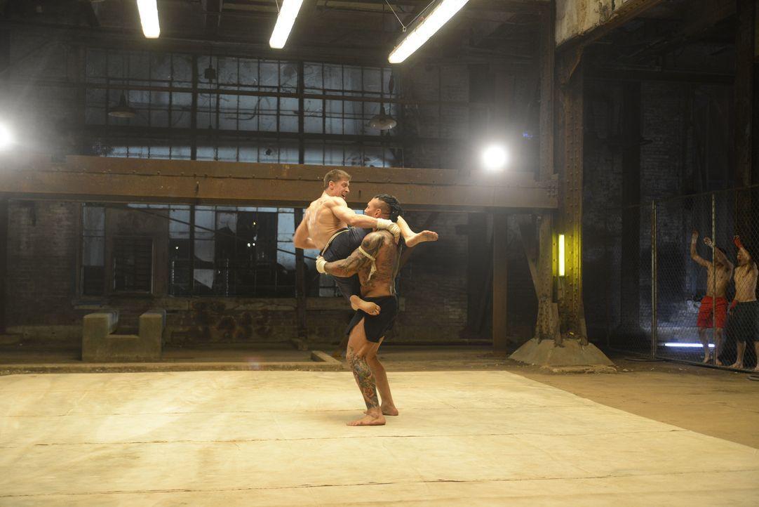 Kurt (Alain Moussi, l.) sinnt auf Vergeltung, nachdem der Thaiboxer Tong Po (Dave Bautista, r.) seinem Bruder im einem Kampf kaltblütig das Genick g... - Bildquelle: Elite Entertainment Group