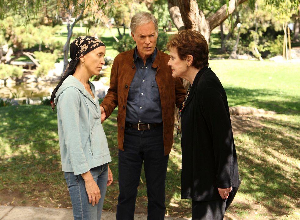 Während Lynette (Felicity Huffman, l.) ihre Mutter Stella (Polly Bergen, r.) und ihren Stiefvater Glen (Richard Chamberlain, M.) trifft, bekommt Gab... - Bildquelle: ABC Studios