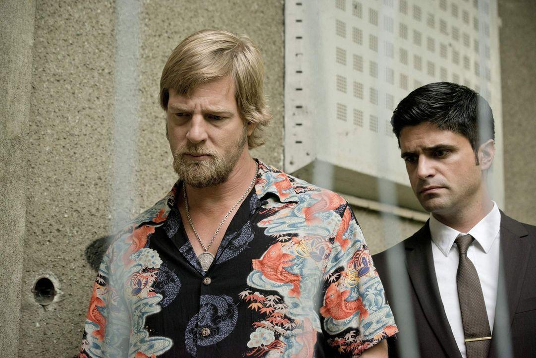 Als Mick (Henning Baum, l.) und Andreas' (Maximilian Grill, r.) auf den Ort stoßen, an dem der Privatdetektiv mit dem Druckluftnagelgerät beschoss... - Bildquelle: Martin Rottenkolber SAT. 1