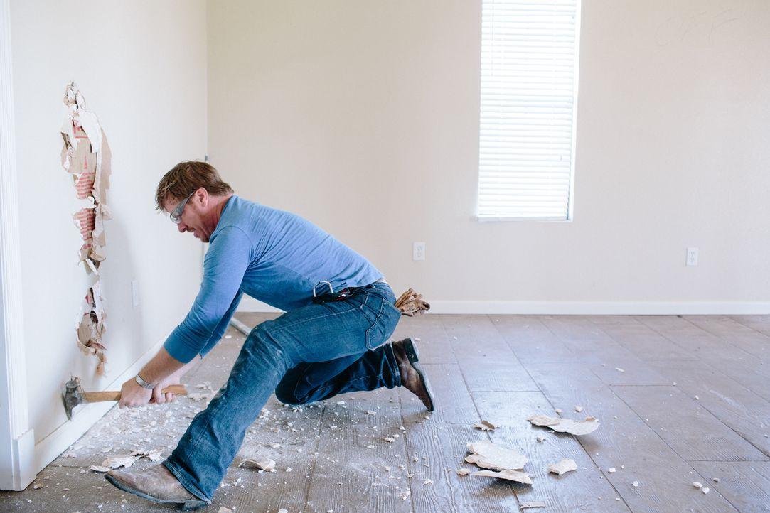 Der Renovierungsprofi Chip zeigt für seine Kunden immer vollen Körpereinsatz: Er ist der Mann fürs Grobe und kreiert dieses Mal ein Landhaus-Traum f... - Bildquelle: Rachel Whyte 2016, HGTV/Scripps Networks, LLC. All Rights Reserved.