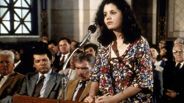 Lee (Bess Meyer) hält eine ergreifende Rede, in der sie auf das traurige Schi...