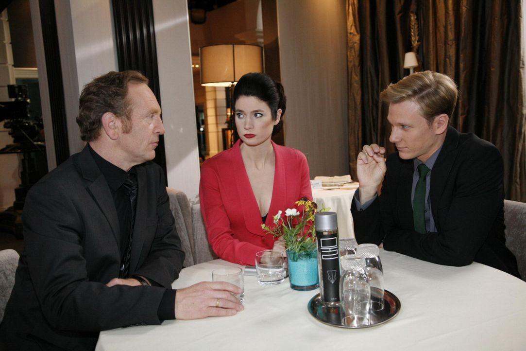 Lassen Manu in eine Falle laufen: (v.l.n.r.) Adrian (Joachim Kappl), Gina (Elisabeth Sutterlüty) und Philip (Philipp Romann) ... - Bildquelle: SAT.1