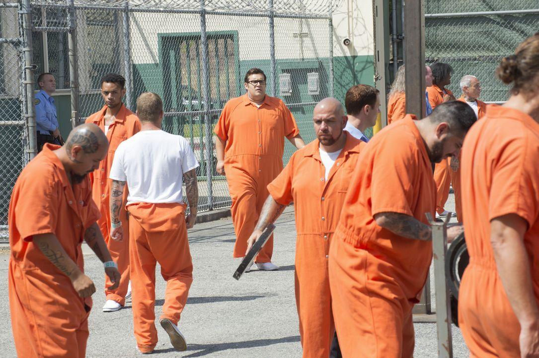 Um das Leben dreier Richter zu retten, geht Sylvester (Ari Stidham, M.) sogar ins Gefängnis. Nicht ohne Folgen? - Bildquelle: Neil Jacobs 2015 CBS Broadcasting, Inc. All Rights Reserved.