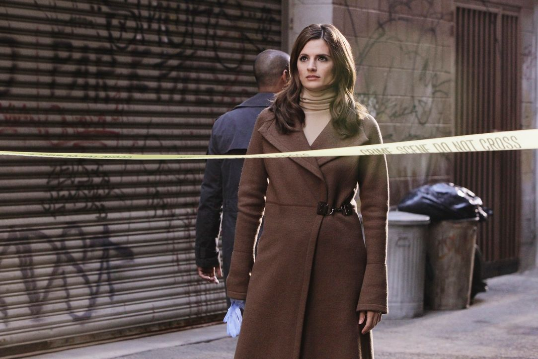 Kate Beckett (Stana Katic) ist etwas überrascht, dass sich die Schauspielerin Natalie Rhodes am Tatort aufhält ... - Bildquelle: 2010 American Broadcasting Companies, Inc. All rights reserved.