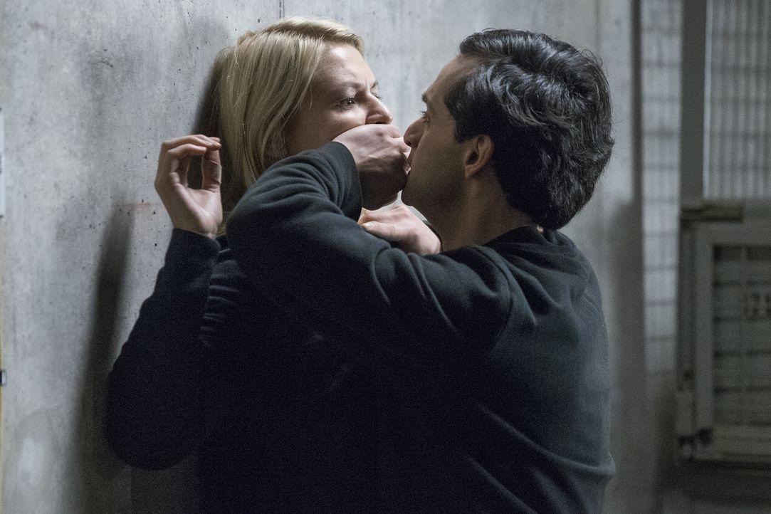 Während Allison auf der Flucht ist, versucht Carrie (Claire Danes, l.) den Anschlag der Terroristen mit Sarin Gas im Berliner Hauptbahnhof zu verhin... - Bildquelle: Stephan Rabold 2015 Showtime Networks, Inc., a CBS Company. All rights reserved.