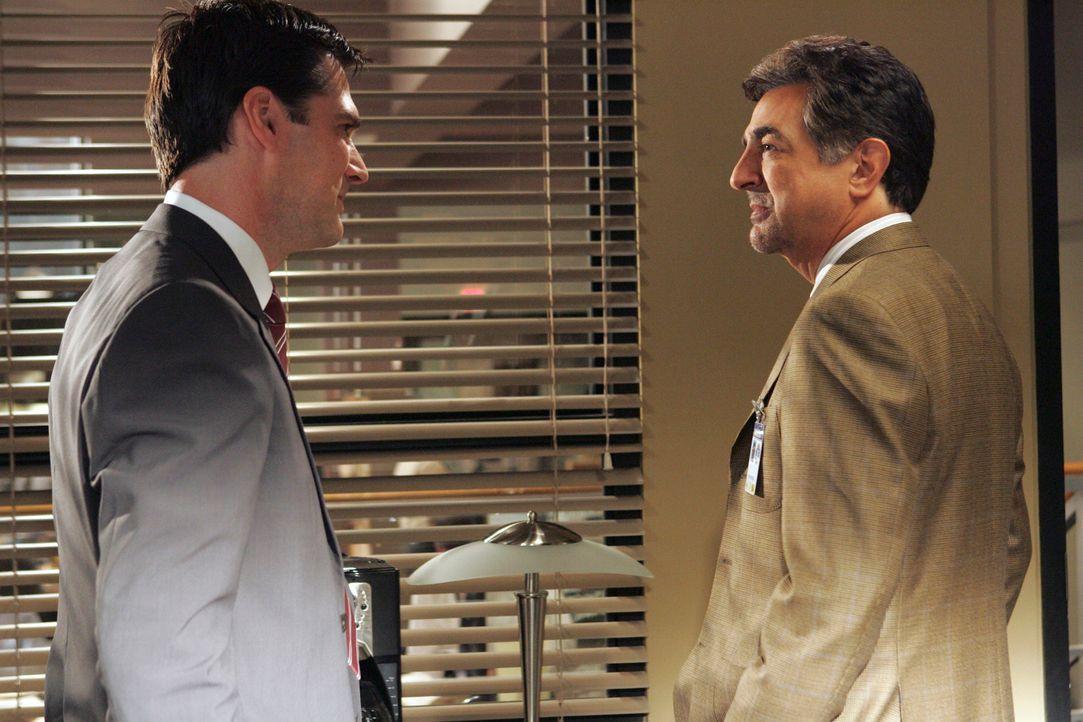 Aus der anfänglichen Wiedersehensfreude zwischen Hotch (Thomas Gibson, l.) und Dave Rossi (Joe Mantegna, r.) wird schnell ein gewisses Unbehagen geg... - Bildquelle: Touchstone Television