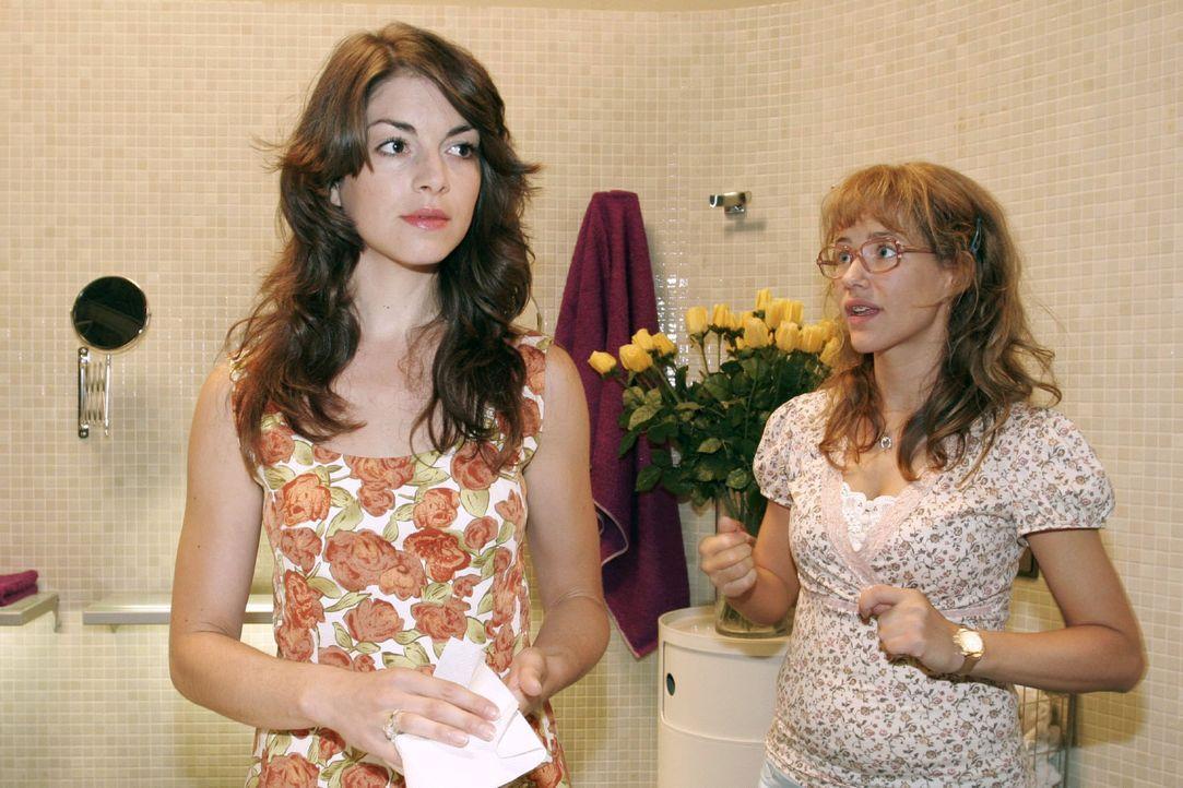 Lisa (Alexandra Neldel, r.) gibt sich alle Mühe, der verärgerten Mariella (Bianca Hein, l.) zu erklären, dass auf der Insel nichts vorgefallen ist.... - Bildquelle: Noreen Flynn Sat.1