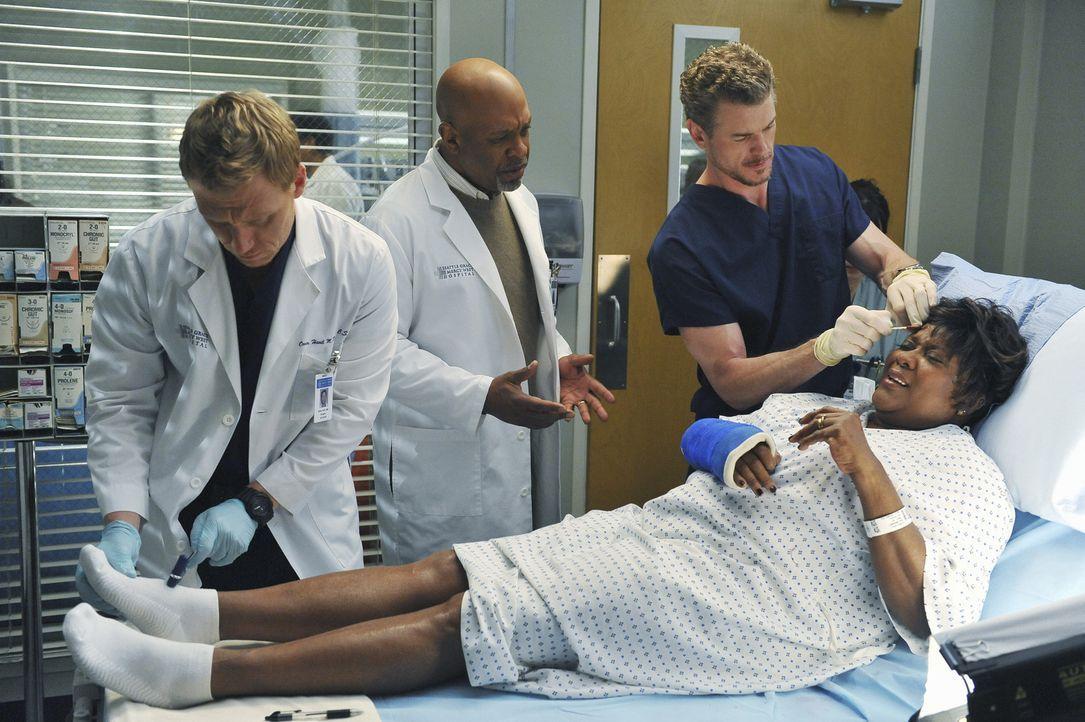 Mark (Eric Dane, r.) und Owen (Kevin McKidd, l.) kümmern sich um Richard Webbers (James Pickens, Jr., M. )Frau Adele (Loretta Devine, liegend), die... - Bildquelle: ABC Studios