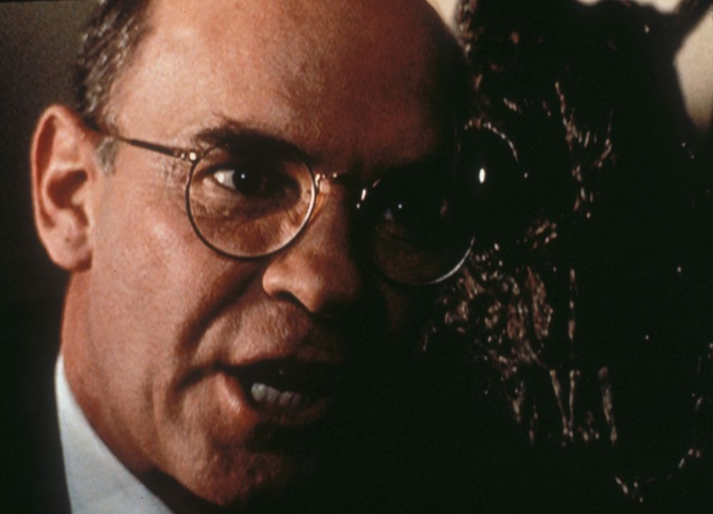 Skinner (Mitch Pileggi) ist aufgebracht, da er nicht verstehen kann, wie man einen anerkannten Geschäftsmann für ein Monster halten kann. - Bildquelle: TM +   2000 Twentieth Century Fox Film Corporation. All Rights Reserved.