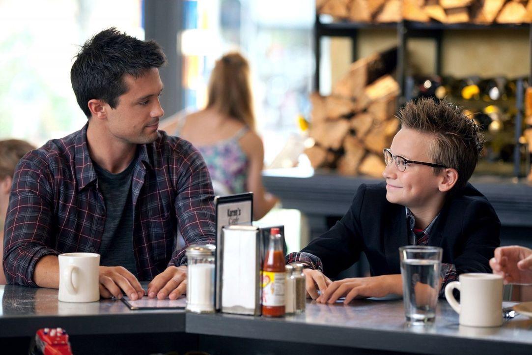 Liebeskummer: Chase (Stephen Colletti, l.) hat seit Tagen nichts gegessen, denn er mochte Alex wirklich. Kann der kleine Chuck (Michael May, r.) ihn... - Bildquelle: Warner Bros. Pictures