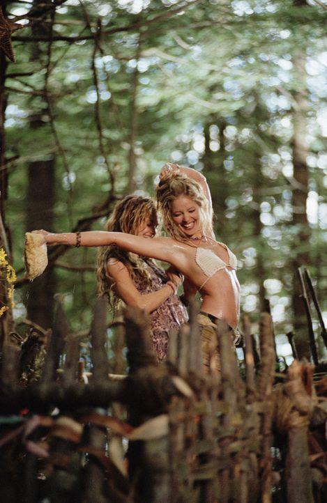 Die esoterischen Hippie-Girls Flower (Rachel Blanchard, l.) und Butterfly (Christina Moore, r.) genießen ihr Leben im Wald in vollen Zügen. Da laufe... - Bildquelle: Paramount Pictures