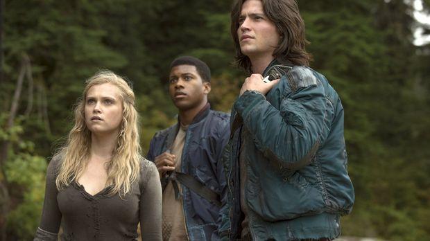 Bei ihrer Suche nach Medizin werden Clarke (Eliza Taylor, l.), Wells (Eli Gor...