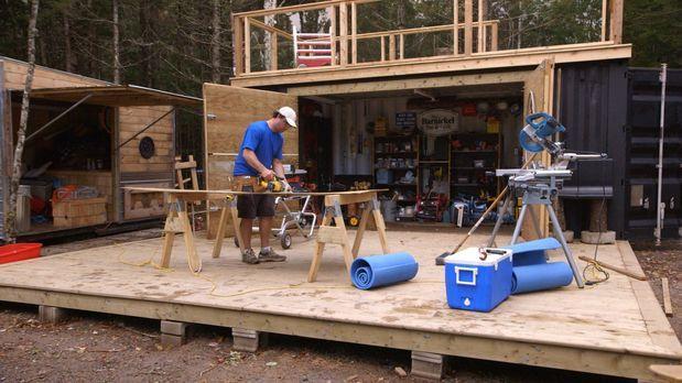 Andrew und Kevin (Bild) bauen einen Schiffcontainer zur Werkstatt um - ein ge...
