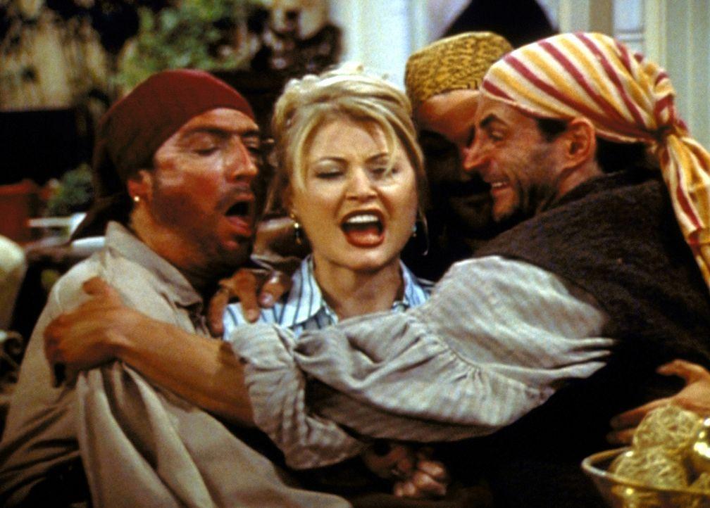 Zelda (Beth Broderick, M.) hat kaum eine Chance, die drei Piraten ohne ihre Zauberkräfte zu resozialisieren. - Bildquelle: Paramount Pictures