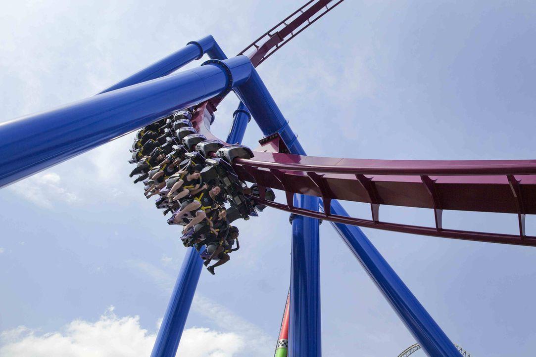"""Bei der Flying Steal Coaster """"Banshee"""" sind die Wagons unterhalb der Schienen angebracht und lassen den Fahrgast somit durch die waghalsigen Figuren... - Bildquelle: ProSieben MAXX"""