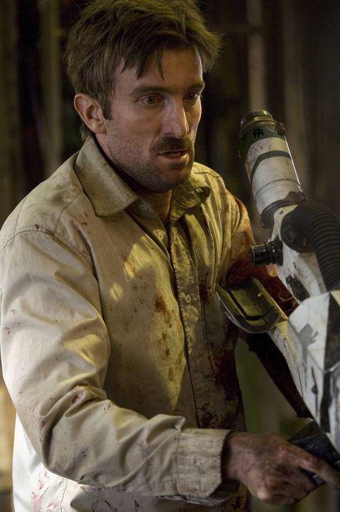 """Unter Aliens: Als Wikus' (Sharlto Copley) gesamter Körper anfängt zu mutieren, entschließt sich sein Arbeitgeber, seinen wertvollen """"Besitz"""" komp... - Bildquelle: 2009 District 9 Ltd. All Rights Reserved."""