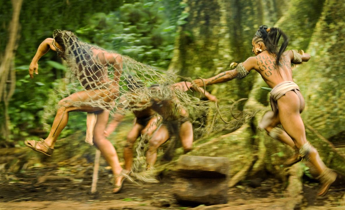 Eines Tages wird sein Dorf von den feindlichen Kriegern des Stammes Holcano angegriffen. Pranke des Jaguar (Rudy Youngblood, l.) gerät in deren Gef... - Bildquelle: Constantin Film