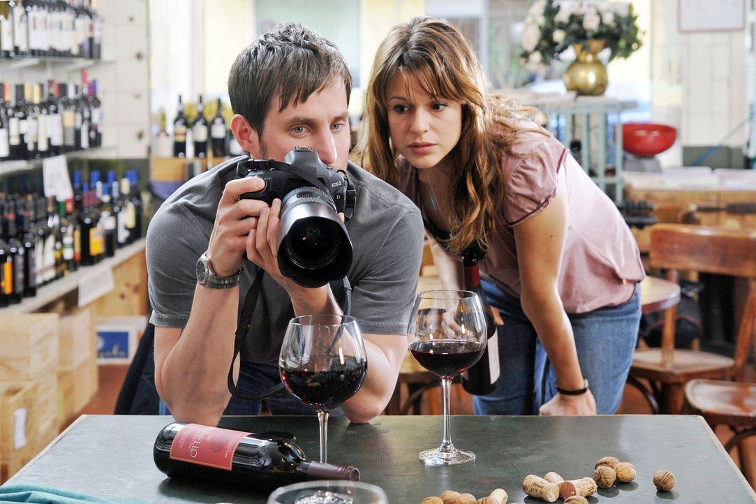 Mark (Clemens Schick, l.) soll für Maries Artikel über die Weinhandlung, in der Karen (Suzan Anbeh, r.) arbeitet, ein paar Fotos vom Laden machen. K... - Bildquelle: Aki Pfeiffer Sat.1