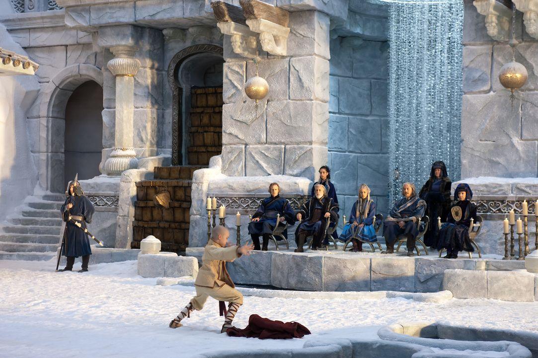 Am Nordpol angekommen, lernen Katara und Aang (Noah Ringer, vorne) ihre Wasserbändiger-Fähigkeiten unter der Leitung von Meister Pakku zu verbessern... - Bildquelle: Zade Rosenthal 2010 PARAMOUNT PICTURES.  All Rights Reserved.