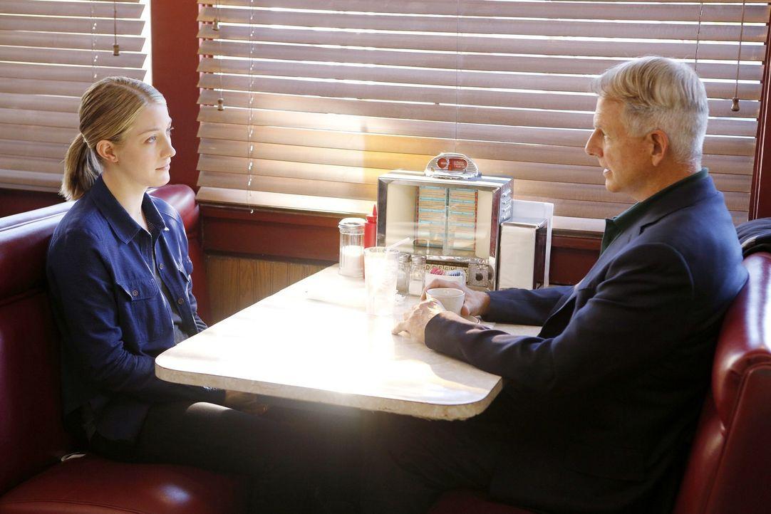 Während das Team in einem Fall ermittelt, versucht Gibbs (Mark Harmon, r.), die Unschuld von Anna Dillon (Laura Seay, l.) zu beweisen ... - Bildquelle: 2014 CBS Broadcasting, Inc. All Rights Reserved