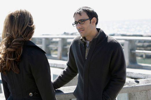 Ghost Whisperer - Justin Yates (Omid Abtahi, r.) erzählt Melinda (Jennifer Lo...