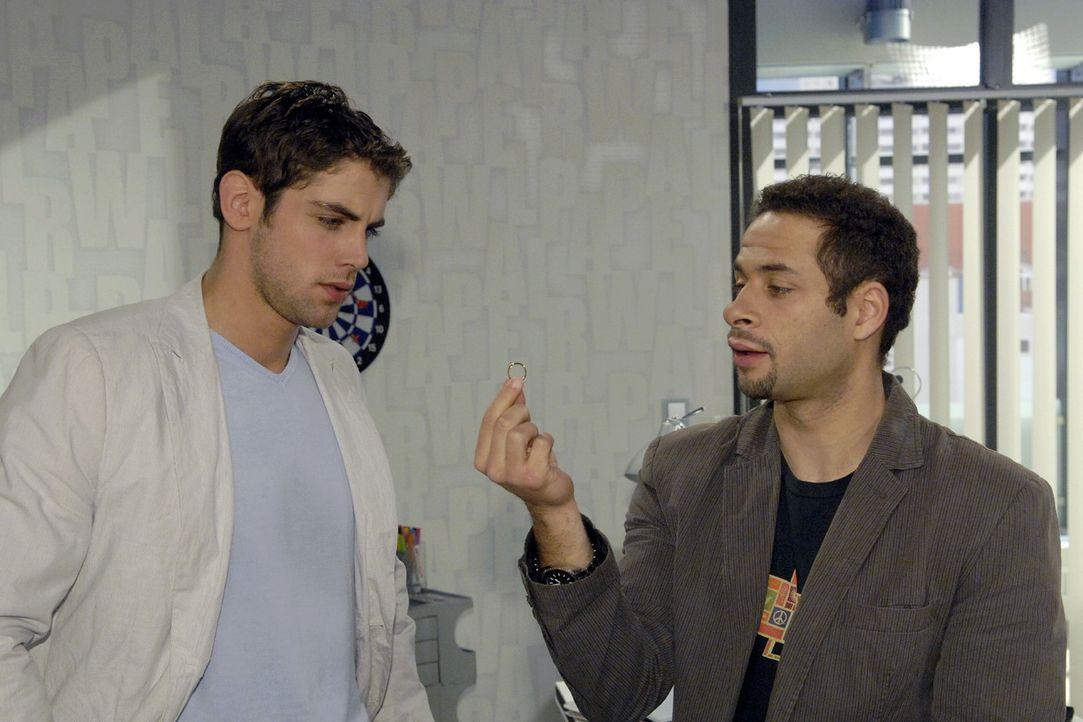 Welche Gravur soll der Ring bekommen? Jannick (Mike Adler, r.) holt sich bei Jonas (Roy Peter Link, l.) Rat. - Bildquelle: Claudius Pflug Sat.1