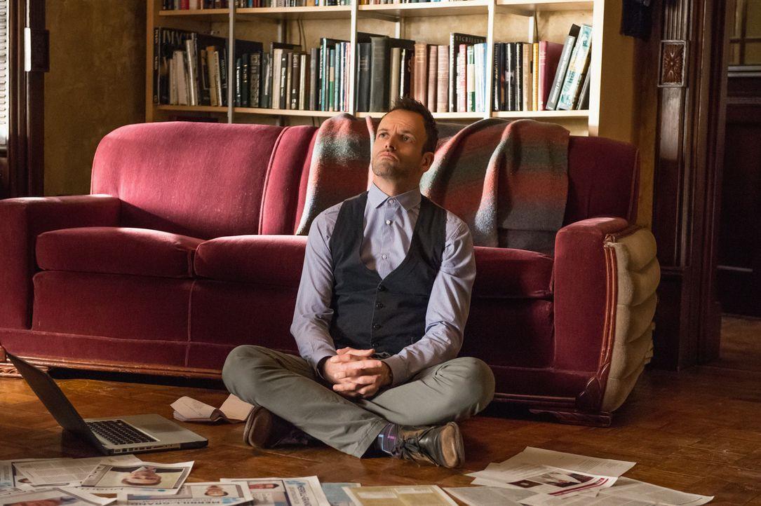 Rund um die Uhr mit Ermittlungen beschäftigt: Holmes (Jonny Lee Miller) liest alles, was er über den toten Krebsforscher Barry Granger in die Hände... - Bildquelle: Jeff Neumann CBS Television