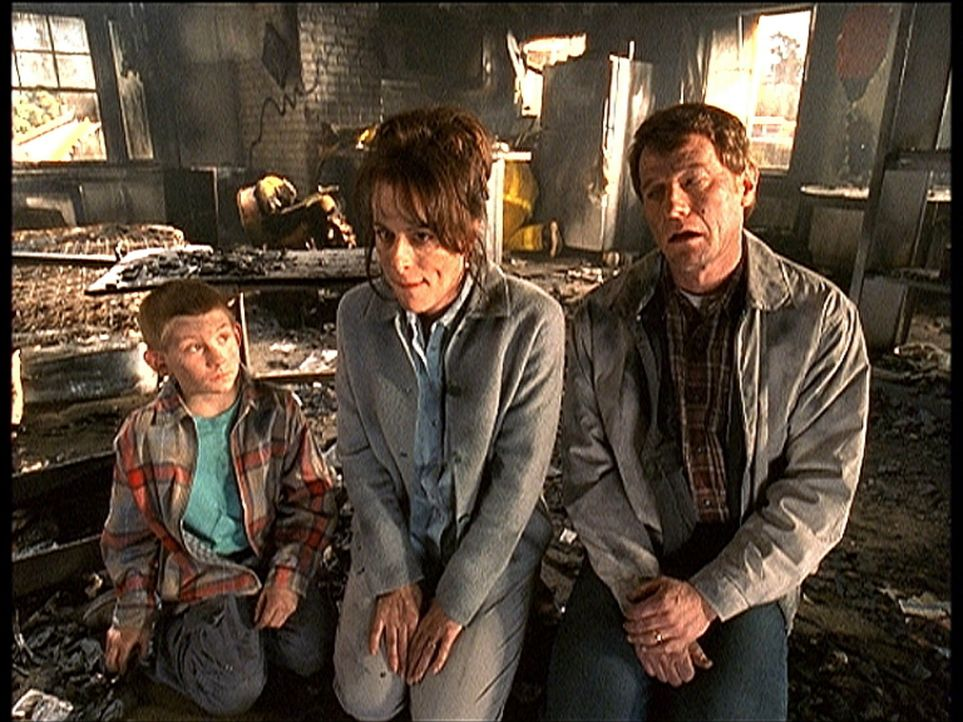 Dewey (Erik Per Sullivan, l.), Lois (Jane Kaczmarek, M.) und Hal (Bryan Cranston, r.) haben einen Wohnungsbrand verursacht. - Bildquelle: TM +   2000 Twentieth Century Fox Film Corporation. All Rights Reserved.