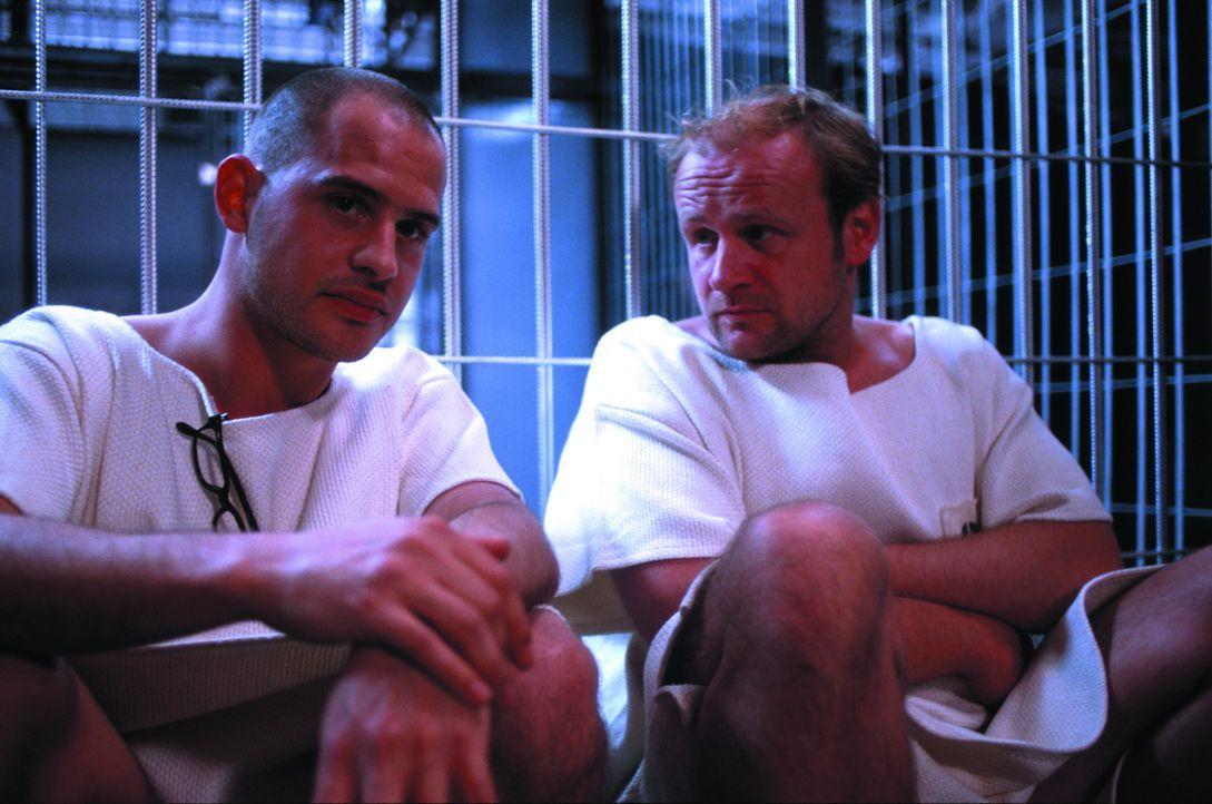 Erster Unmut macht sich breit, als Tarek Fahd (Moritz Bleibtreu, l.) und Schütte (Oliver Stokowski, r.) zum groben Leinenkittel keine Unterwäsche... - Bildquelle: SENATOR FILM Alle Rechte vorbehalten