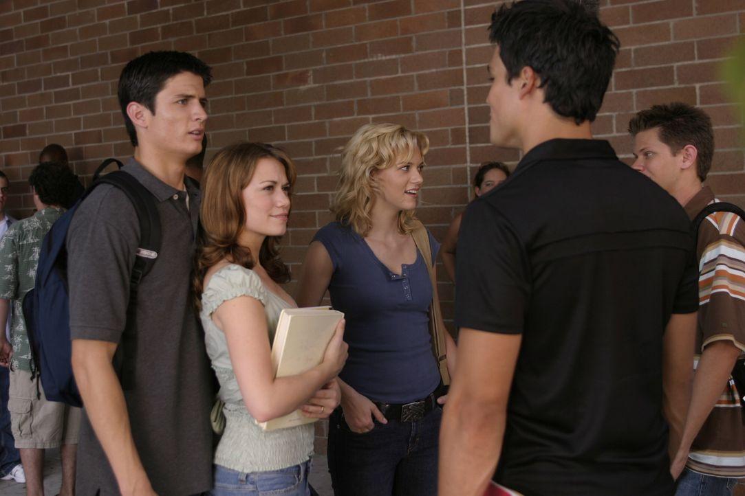 Bei den Mädchen wie Peyton (Hilarie Burton, 3.v.l.) und Haley (Bethany Joy Galeotti, 2.v.l.) ist Felix (Michael Copon, r.) gern gesehen, während i... - Bildquelle: Warner Bros. Pictures