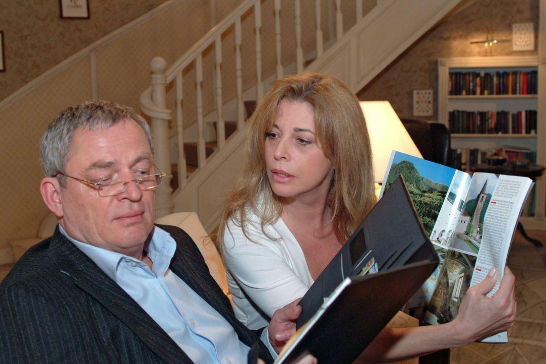 Während Friedrich (Wilhelm Manske, l.) in seinen Terminkalender vertieft ist, spricht Laura (Olivia Pascal, r.) die Urlaubsplanung an. Doch Friedric... - Bildquelle: Monika Schürle Sat.1
