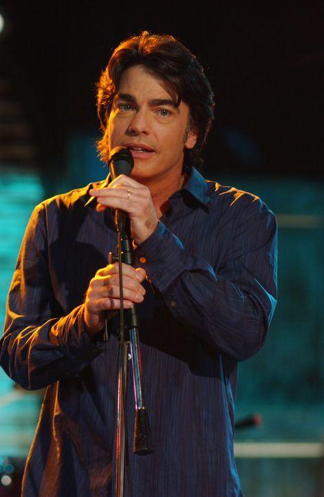Um die Schande des vergessenen Hochzeitstages wieder gut zu machen, singt Sandy (Peter Gallagher) ein Liebeslied für seine Kirsten ... - Bildquelle: Warner Bros. Television