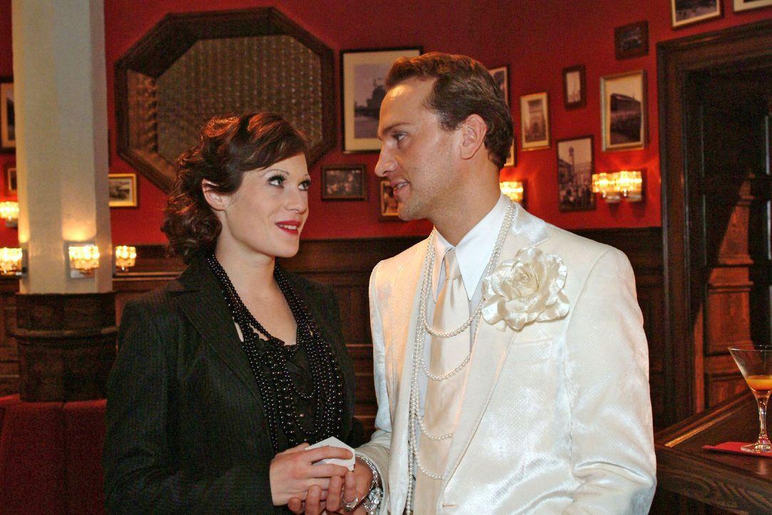 Hugo (Hubertus Regout, r.) ist überglücklich über Brittas (Susanne Berckhemer, l.) Heiratsantrag.