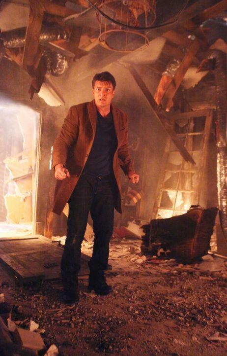 In der völlig zerstörten Wohnung von Kate sucht Richard (Nathan Fillion) nach Hinweisen auf den Täter. - Bildquelle: ABC Studios
