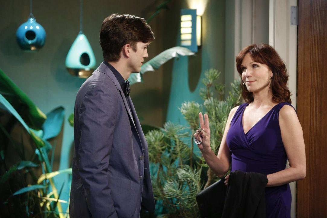Fühlen sich zueinander hingezogen: Walden (Ashton Kutcher, l.) und Linda (Marilu Henner, r.) ... - Bildquelle: Warner Brothers Entertainment Inc.