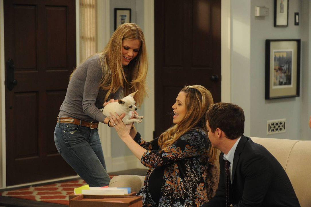 Noch sind Andi (Majandra Delfino, M.) und Bobby (Kevin Connolly, r.) ganz begeistert von dem neuen Hund von Jules (Brooklyn Decker, l.) ... - Bildquelle: 2013 CBS Broadcasting, Inc. All Rights Reserved.