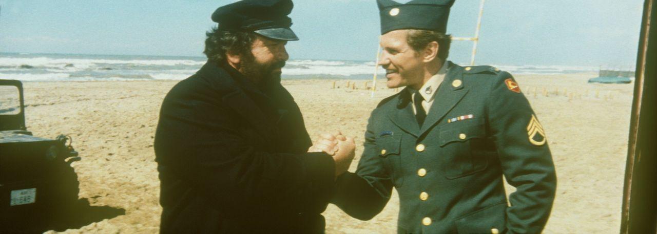 """Die beiden Streithähne Mücke (Bud Spencer, l.) und Kempfer (Raimund Harmstorf, r.) vereinbaren, ihre Differenzen bei einem """"freundschaftlichen"""" Fo... - Bildquelle: Tobis Filmkunst"""