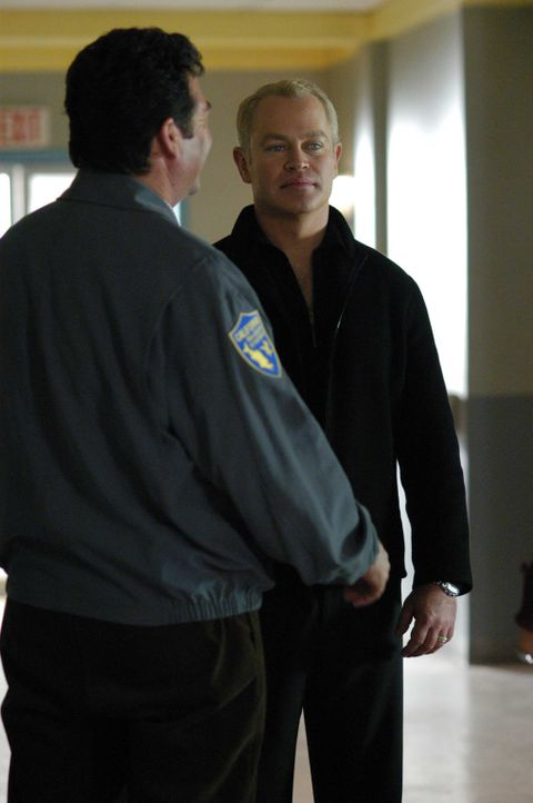 Endlich sind auch Connor (Neal McDonough , r.) und Powell im Krisengebiet eingetroffen, um Miles zu suchen ... - Bildquelle: CBS Television
