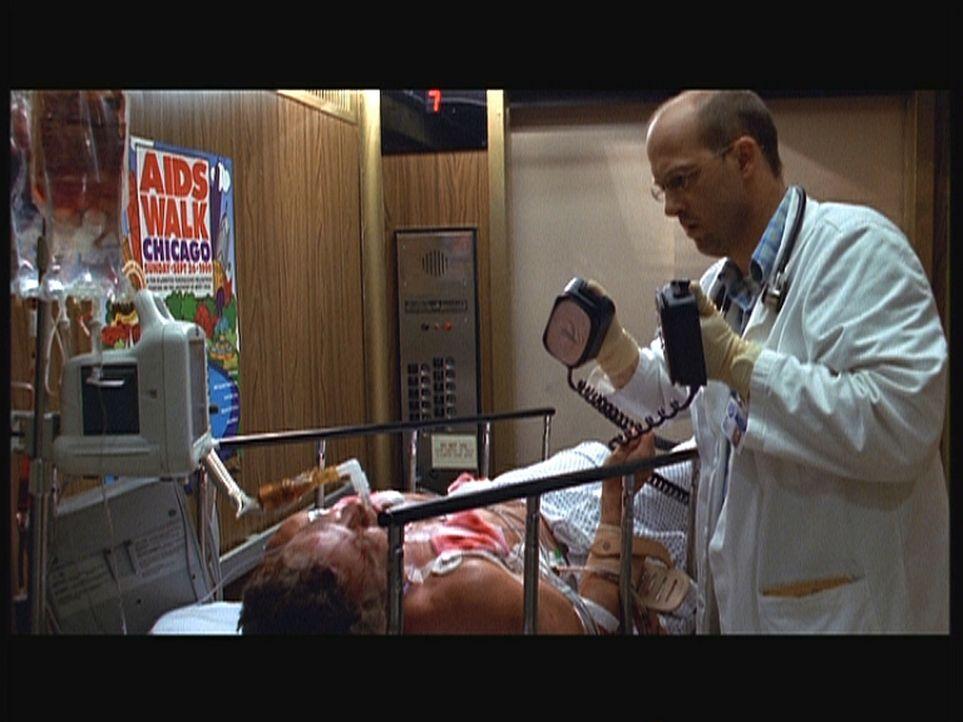 Als Greene (Anthony Edwards, r.) im Fahrstuhl Fossen in den OP transportieren will, setzt bei Fossen (Ted Marcoux, liegend) Herzflimmern ein. - Bildquelle: TM+  2000 WARNER BROS.