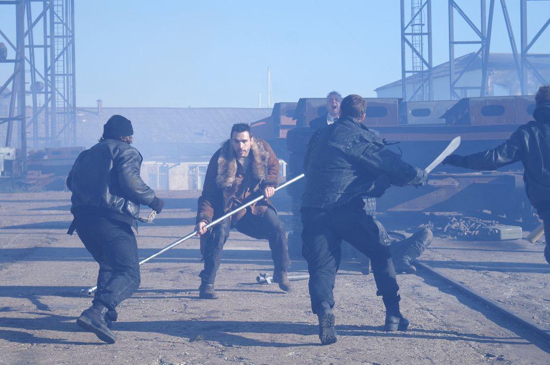 Auf einem verlassenen Dock kommt es zum Gefecht, da Duncan (Adrian Paul, M.) es nicht zulässt, dass die Mitglieder der Schlägertruppe einen Gefang... - Bildquelle: Lions Gate Films