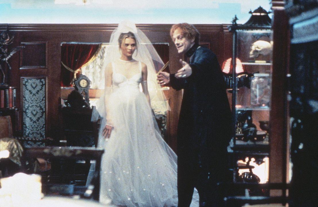 Quicksilver (Christopher Lloyd, r.) führt die Braut Olivia (Missy Crider, l.) in seinen Wohnwagen, um ihr eine Geschichte zu erzählen. - Bildquelle: 20th Century Fox Film Corporation