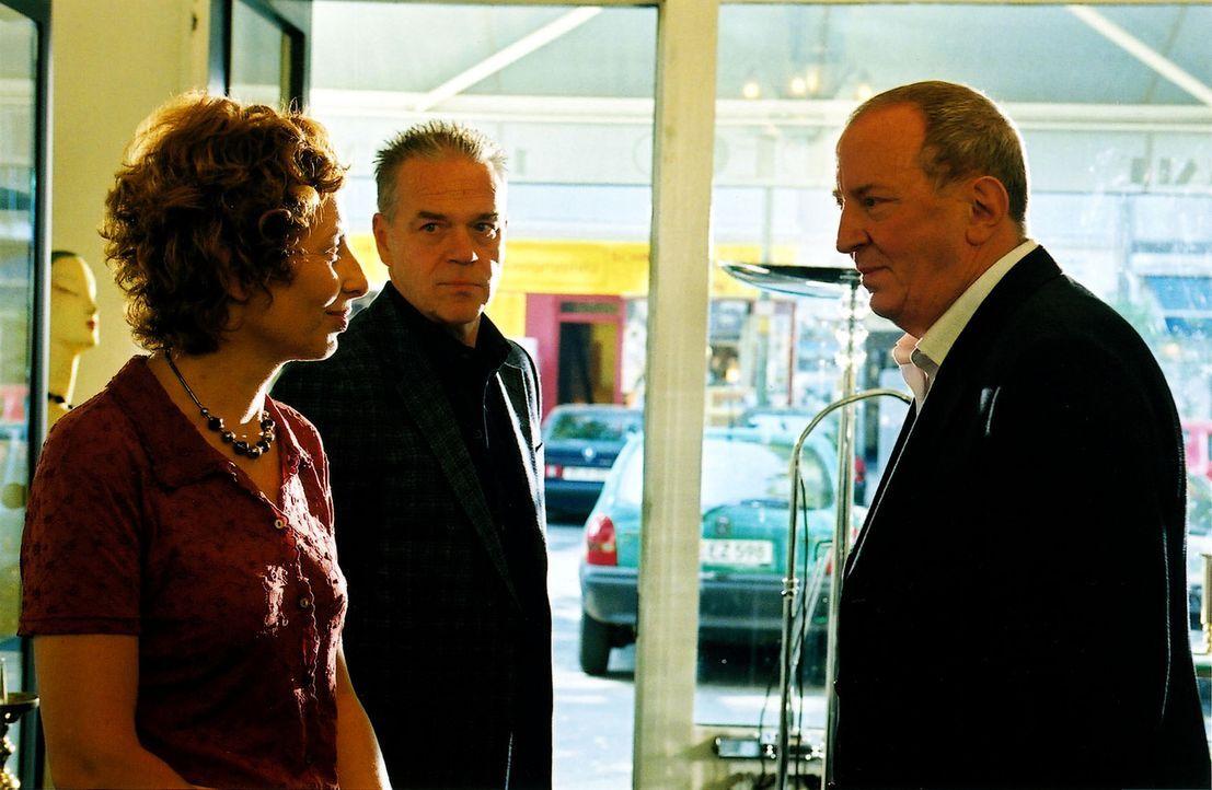 Helena Berger (Teresa Harder, l.) ist überrascht, dass ihr Mann Hartmut (Vadim Glowna, r.) aus dem Gefängnis entlassen wurde. Kommissar Wolff (Jürge... - Bildquelle: Claudius Pflug Sat.1