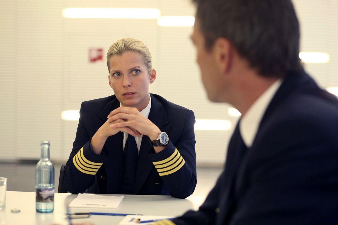 Andrea Schubert (Valerie Niehaus, l.) wird beim Untersuchungsverfahren nicht geglaubt, dass sie mit einem mysteriösen Wetterphänomen zu kämpfen h... - Bildquelle: Sat.1