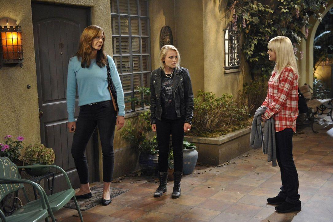 Christy (Anna Faris, l.) und Bonnie (Allison Janney, r.) lernen auf einem ihrer Treffen die junge Drogensüchtige Jodi (Emily Osment, M.) kennen, der... - Bildquelle: 2015 Warner Bros. Entertainment, Inc.