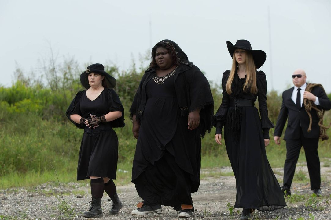 Noch hat Fiona keine Ahnung, ob Nan (Jamie Brewer, l.), Queenie (Gabourey Sidibe, 2.v.l.) oder Zoe (Taissa Farmiga, 2.v.r.) die mögliche neue oberst... - Bildquelle: 2013-2014 Fox and its related entities. All rights reserved.