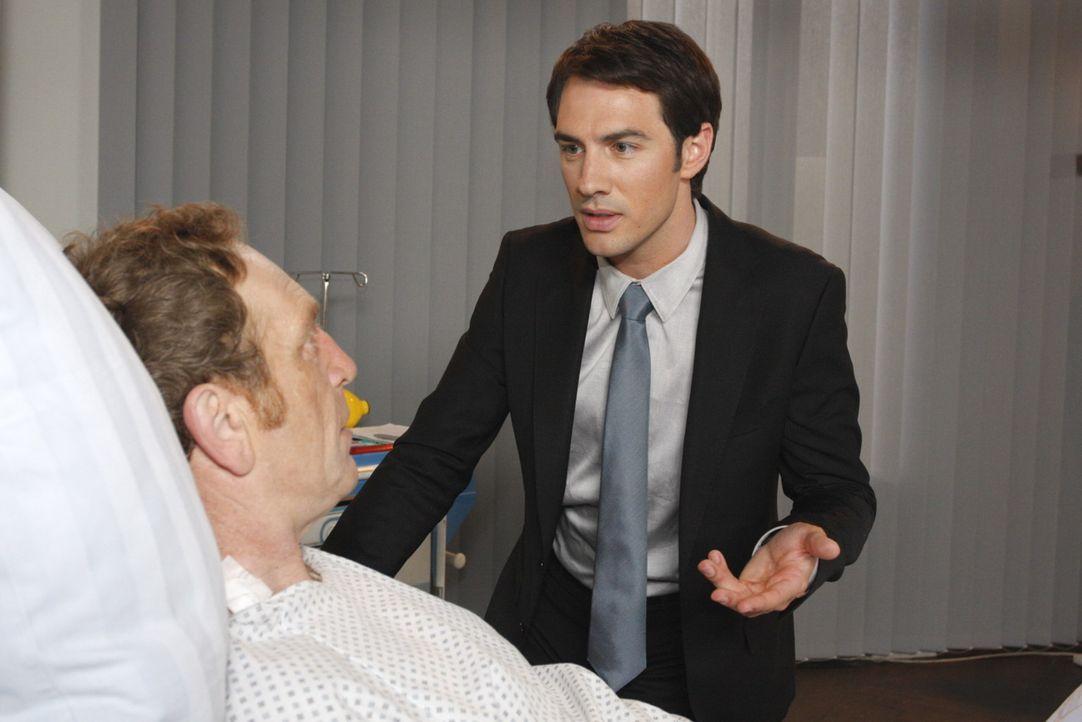 Mark (Arne Stephan, r.) bekräftigt seine Entscheidung, Adrian (Joachim Kappl, l.) nicht zu retten ... - Bildquelle: SAT.1