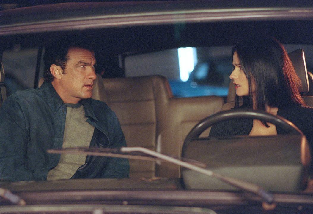 Nie einer Meinung: Detectiv Boyd (Steven Seagal, l.) und seine Vorgesetzte Commander Mulcahy (Jill Hennessy, r.) ... - Bildquelle: Warner Bros. Pictures