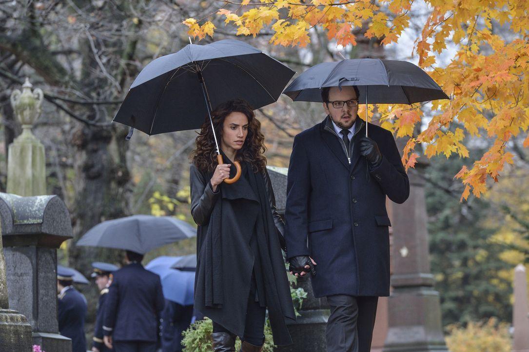 Haben Cat und Vincent in Tess (Nina Lisandrello, l.) und J.T.'s (Austin Basis, r.) Augen zu viel riskiert, um sich ihr Happy End zu sichern? - Bildquelle: Ben Mark Holzberg 2016 The CW Network. All Rights Reserved.